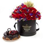 Cutie cu flori si tort