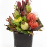 Aranjament inalt leucadendron leucospermum si brassica e1604242535175