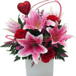 Aranjament incantator crini roz si trandafiri rosii